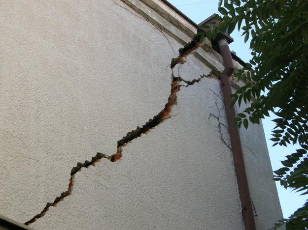 Najväčšia prasklina je na bočnej stene.