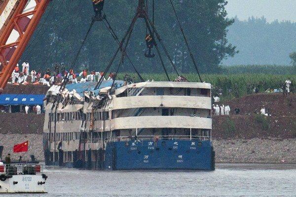 Záchranárske tímy obrátili vrak havarovanej výletnej lode v snahe nájsť ďalšie nezvestné osoby v rieke Jang-c'-ťiang.