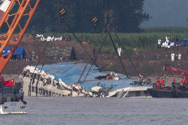 Potápači objavili ďalšie telá obetí, nezvestných je stále približne 340 ľudí.