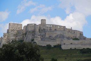 Spišský hrad. Historickej pamiatke dominuje veža srománskym palácom.