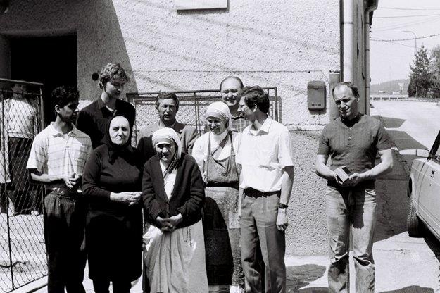 Matka Tereza pred prvým rehoľným domom  Misionárok lásky na Slovensku. Zanechala v ňom štyri misionárky, ktoré sa starali o ľudí bez domova a matky s deťmi. Po ôsmich rokoch sa z Čadce presťahovali do Žiliny.