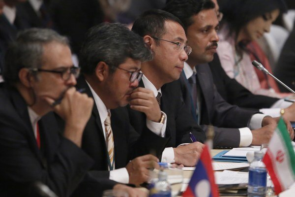 Na schôdzku pricestovali zástupcovia 17 krajín, ktorých sa kríza týka, ako aj predstavitelia USA, Japonska, Švajčiarska a medzinárodných organizácií.