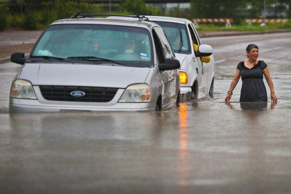 Autá uviazli v záplavovej vode.