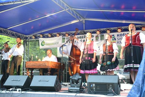 Muzika Milana Rendoša. Zaspievali si spolu shosťami Máriou Macoškovou aMáriou Brdárskou.