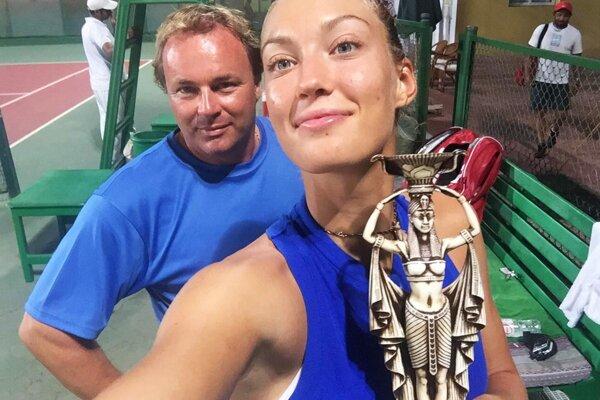 Tereza Mihalíková sa teší z druhého triumfu za dva týždne. Za ňou na snímke tréner Ján Studenič.