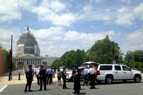 Polícia musela pre poplach uzavrieť v okolí Kapitolu niekoľko ulíc.