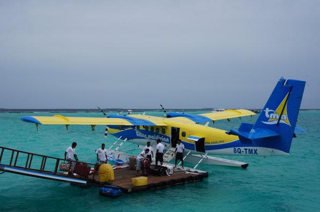 Na okolité ostrovy sa na Maledivách môžete prepraviť aj letecky.