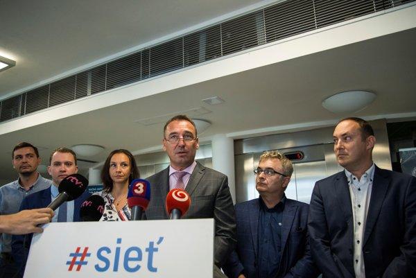 Nedávno zvolený predseda Siete Roman Brecely si musí poradiť aj s dlhmi, ktoré v strane našiel po jej zakladateľovi Radoslavovi Procházkovi.