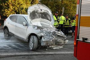 Jedno zo zničených áut.