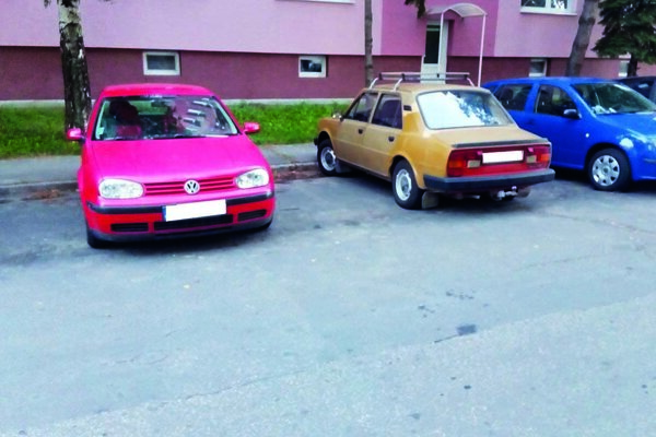 Ak tak, ako na snímke z parkoviska pred Hviezdoslavovou 8-14 zaparkuje viac áut, vzniknú veľké hluché miesta. Pri tesnejšom parkovaní by sa pred panelák zmestilo viac áut. Chyba vodičov to ale byť nemusí, nie sú tu totiž vyznačené parkovacie čiary.