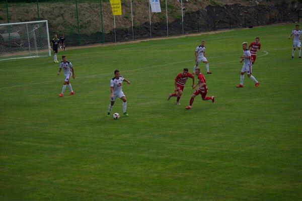 Autor druhého gólu MFK Mihaljo Popovič pri lopte