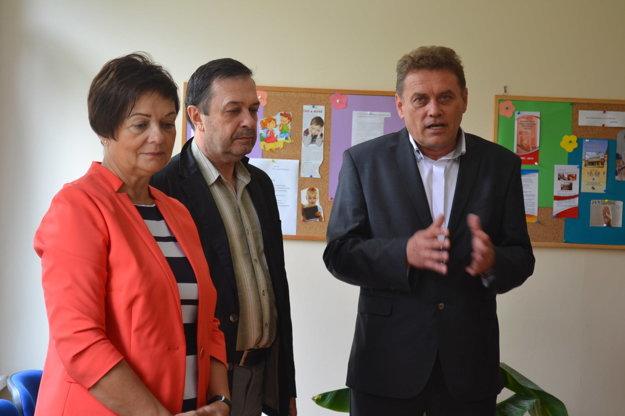 Počas otvorenia. Vedúca K. Komanická, prednosta OÚ E. Chlapeček a riaditeľ P. Borovský.