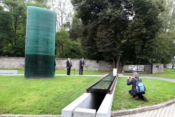 Polícia pátra po neznámom vandalovi, ktorý poškodil pamätník.