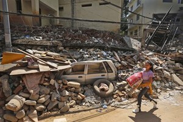 Nepál je po zemetrasení v troskách.