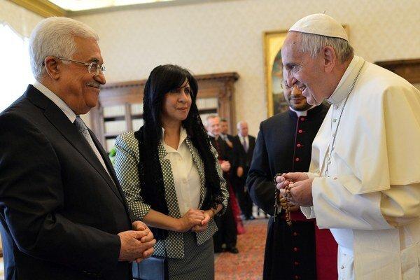 Pápež František víta palestínskeho prezidenta Mahmúda Abbása.