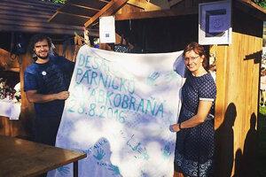 Modrotlačiar Matej Rabada a starostka Milada Antalová držia pamätné plátno.