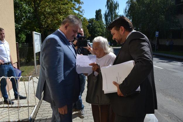 Na problémy s dôchodkom sa pred budovou úradu ministrovi posťažovala dôchodkyňa z Poltára.