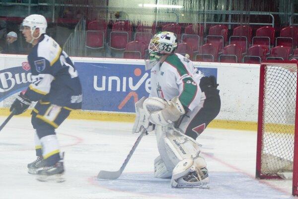 Brankár Patrik Romančík (HK Skalica) a Marko Ondov (Spišská Nová Ves) počas úvodnej tretiny 1. kola 1. hokejovej ligy.