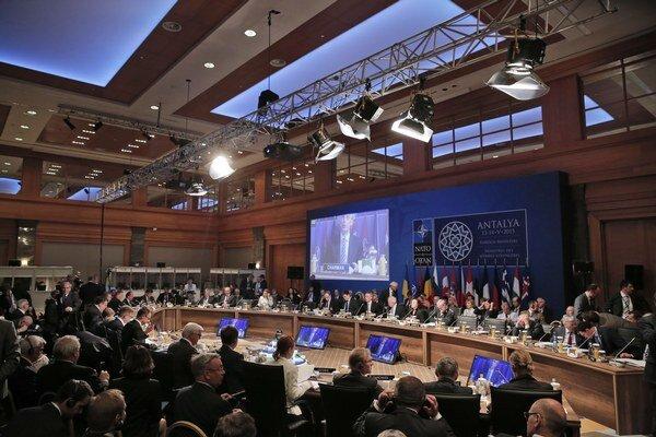 Ministri zahraničných vecí Severoatlantickej aliancie rokujú o situácii na Ukrajine na stretnutí v tureckom meste Antalya.