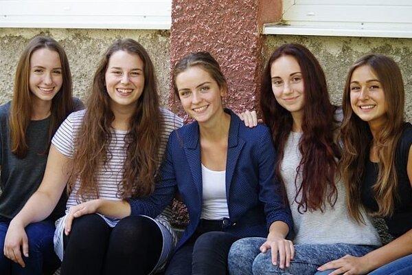 Zuzka Mahútová (v strede) so spolužiačkami.