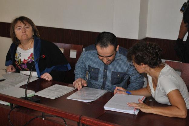 Momentka zo súdnej siene. zľava Rajtáková, Čečenec a tlmočníčka z ruského jazyka.
