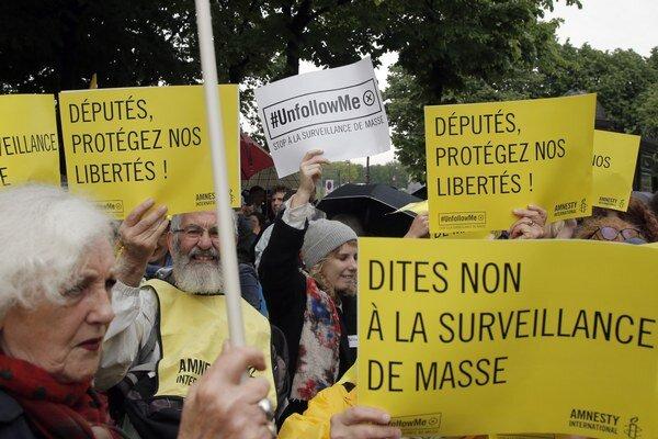 Povedtze nie hromadnému odpočúvaniu, odkazovali Francúzi v uliciach.