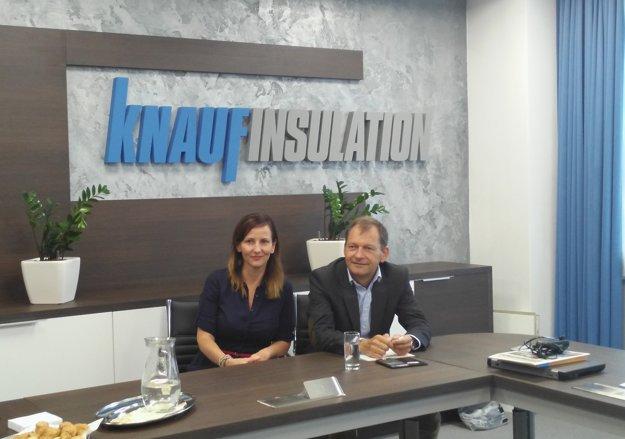 Na fotografii riaditeľ závodu Marián Tkáč a marketingová manažérka Martina Dianová.