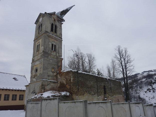 Kostol v Lomničke. Ostalo po ňom iba torzo.