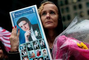Na archívnej snímke z roku 2009 drží Diane Massaroliová fotku svojho manžela, ktorý zahynul pri páde dvojičiek.