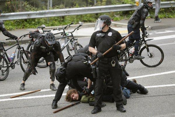 Podľa očitých svedkov policajti pri tom postupovali brutálne - používali hmaty a obranné spreje s obsahom technického korenia.