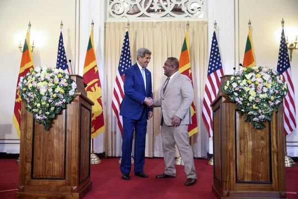 Šéf americkej diplomacie John Kerry v sobotu pochválil novú srílanskú vládu za snahy o demokratické reformy.
