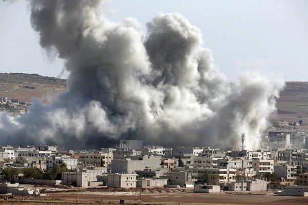 Jedno dieťa zahynulo a 40 ďalších ľudí museli ošetriť po útoku sýrskych vládnych vrtuľníkov na severozápade krajiny.