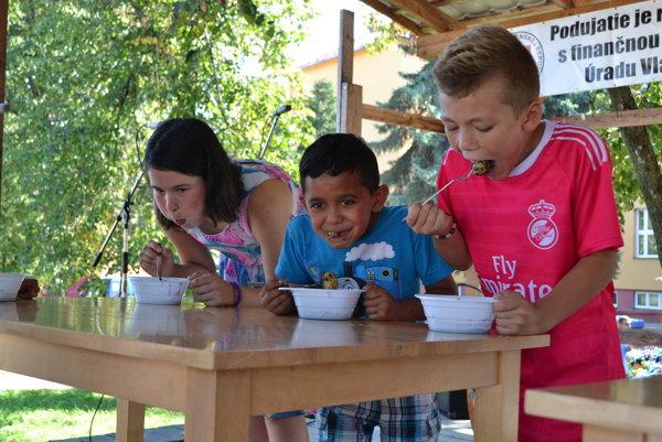 Súťaž detí v jedení gombovcov.