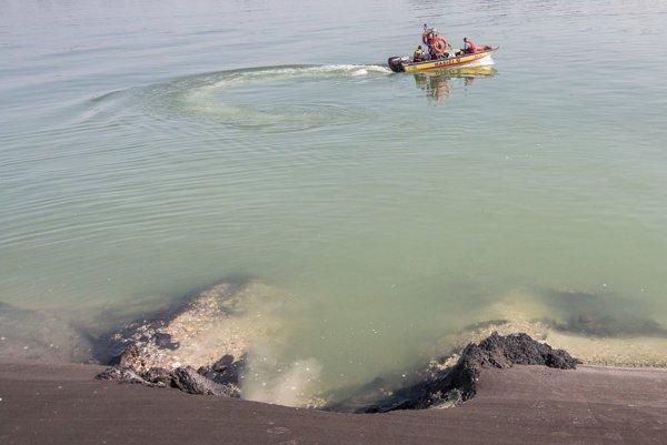 Záchranárske jednotky na Dunaji pri mieste (na snímke dole), kde dnes ráno havarovala výletná loď so 160 ľuďmi na palube.