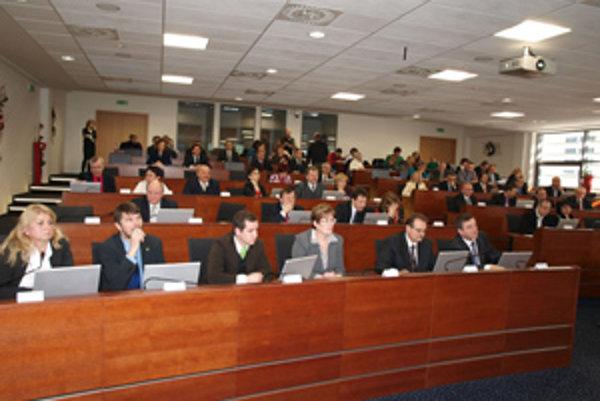 V krajskom zastupiteľstve v Trenčíne je štyridsaťpäť poslancov.