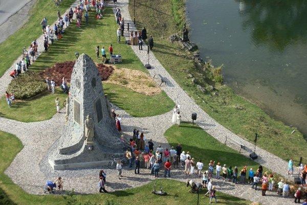 Pomník a jazierko pri hrade.