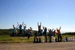 Užili si to. Mladí šachisti vkempe.