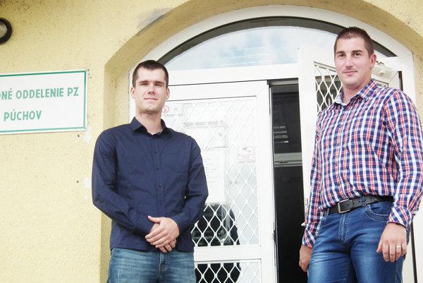 Miloslav Krištof (vľavo) a Michal Baninec neváhali, keď bolo treba pomáhať pri evakuácii.