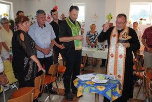 Uvedenie do života. V réžii duchovných Andreja Šambronského (vľavo) aPetra Humeníka.