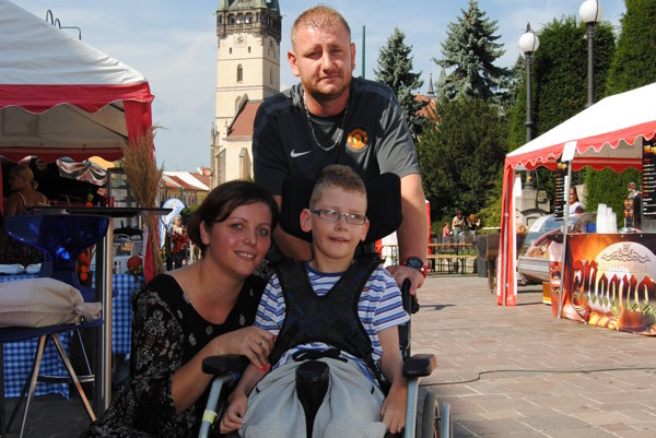 Rodina Maňkošovcov zPrešova. So Samkom, pripútaným na vozíček.