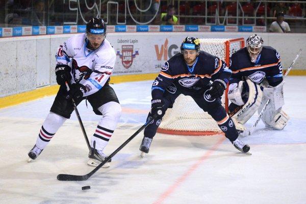 Zľava: Vyacheslav Trukhno z HC ´05 iClinic Banská Bystrica a Radek Deyl a brankár Vladislav Habal, obaja z HC Košice.