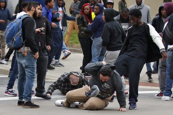 Demonštranti začali na policajtov hádzať fľaše a iné predmety a rozbili tiež niekoľko výkladov okolitých obchodov.