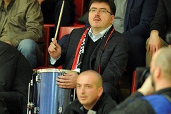 Skvelá atmosféra v Partizánskom strhla aj primátora mesta Jozefa Božika, ktorý neúnavne bubnoval dievčatám počas zápasu.