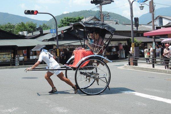 Tradičná rikša vsupermodernej krajine.