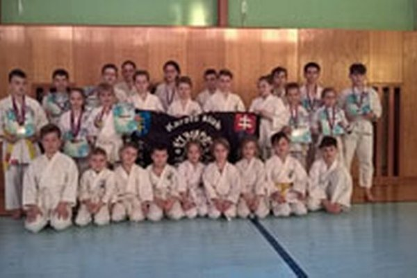 Karatisti si doniesli 50 medailí.