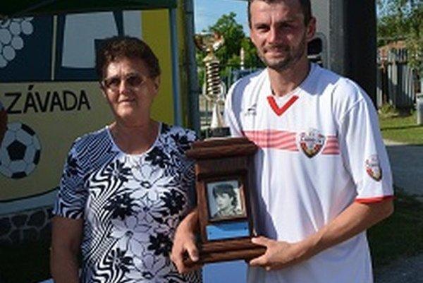 Putovný pohár si prevzal kapitán Jacoviec od mamičky Ľ. Greguša.