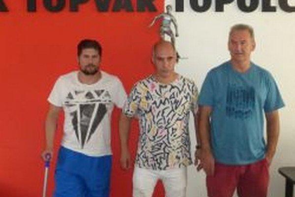 Zľava: Mário Breška (asistent trénera a nová posila MFK Topoľčany), Abdelaziz Patrik Benaoudia (prezident klubu) a Vladimír Goffa (hlavný tréner MFK).