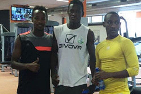 Trojica reprezentantov zRwandy: Jean-Claude Iranzi (v žltom tričku), Fitina Omberenga aRashid Kalisa.