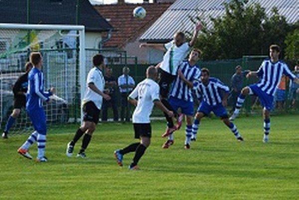 Jacovce doma porazili V. Bedzany 4:2. Prvý gól zápasu strelil hlavičkujúci Kristián Beňo.