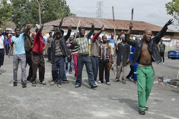Ozbrojené gangy v uliciach protestovali proti imigrantom z iných afrických krajín. Tisícky z nich to donútilo utiecť do provizórnych táborov.